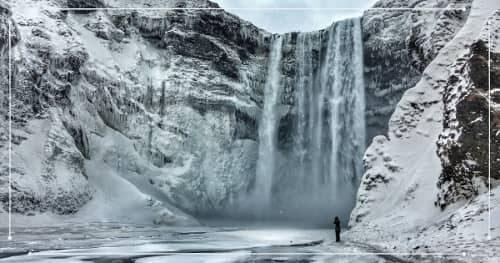 La cascata di Skógafoss durante un viaggio in Islanda a febbraio
